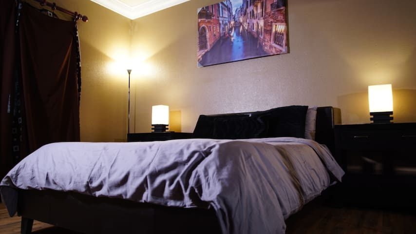 Luxury 1 Bedroom Condo By the Strip FREE PARKING