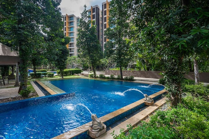 Luxury condo Studio unit, 5 mins walk to MRT.