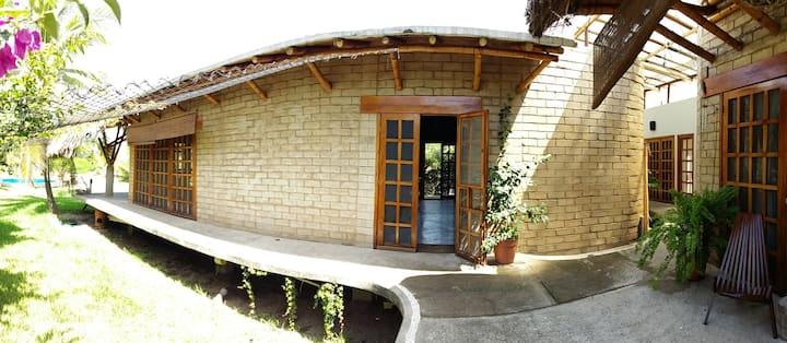 Casa Ramsey: Barra Cahoacán refugio bambú y adobe