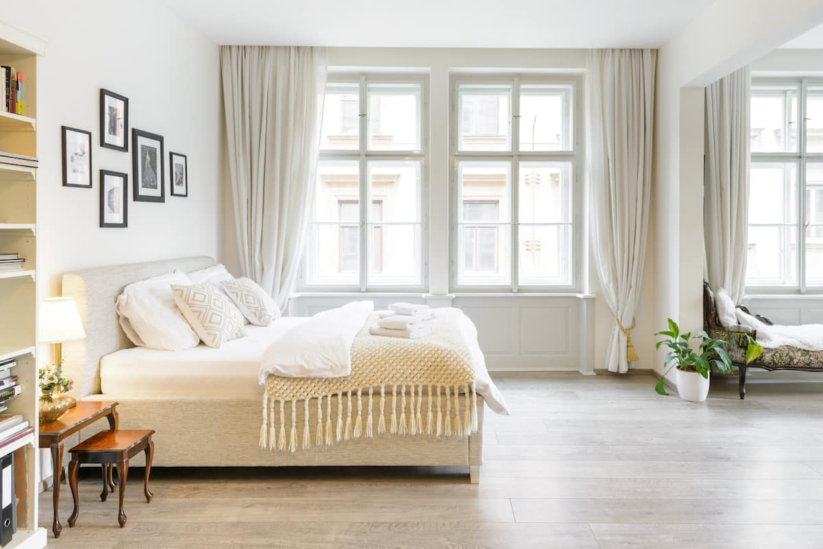 Stylish Sunny Apt in 15th Century Building in Old Town Sq.