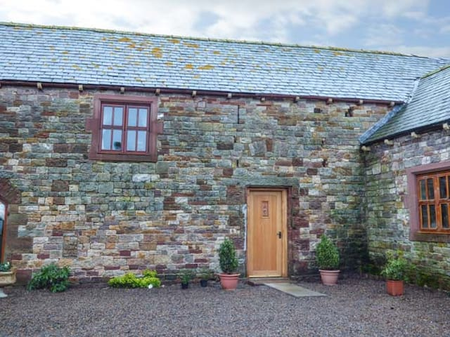 THE BARN, pet friendly, country holiday cottage in Milton, Ref 931769