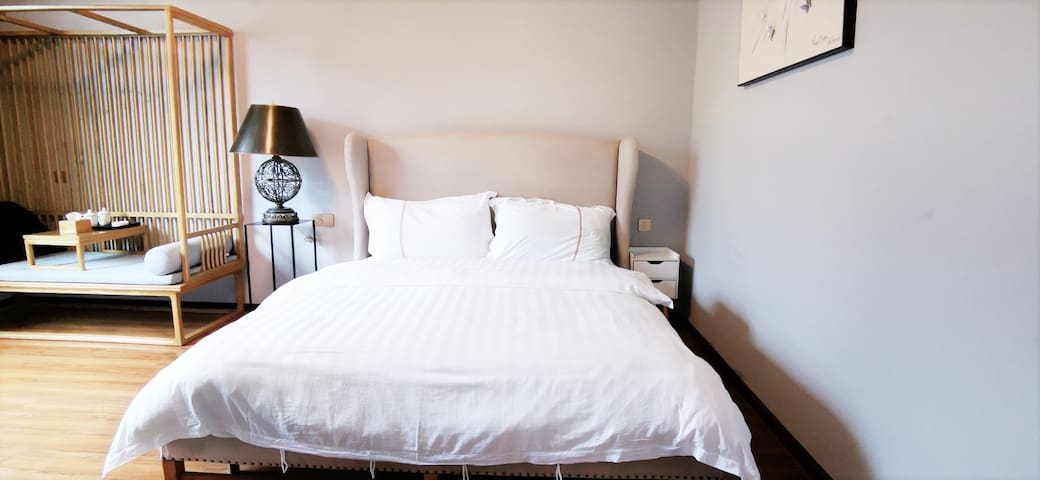 舒适大床,你想横着躺都可以。