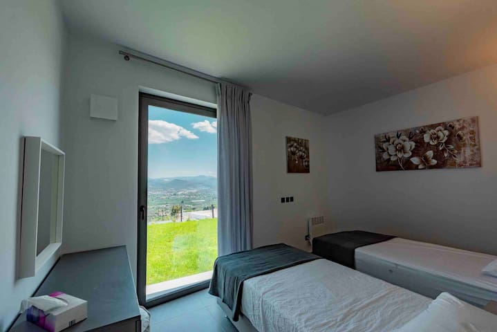 Comfortable beautifully decorated and bright 2 single beds bedroom