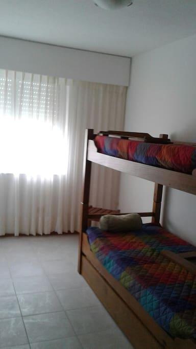 Dormitorio con cucheta