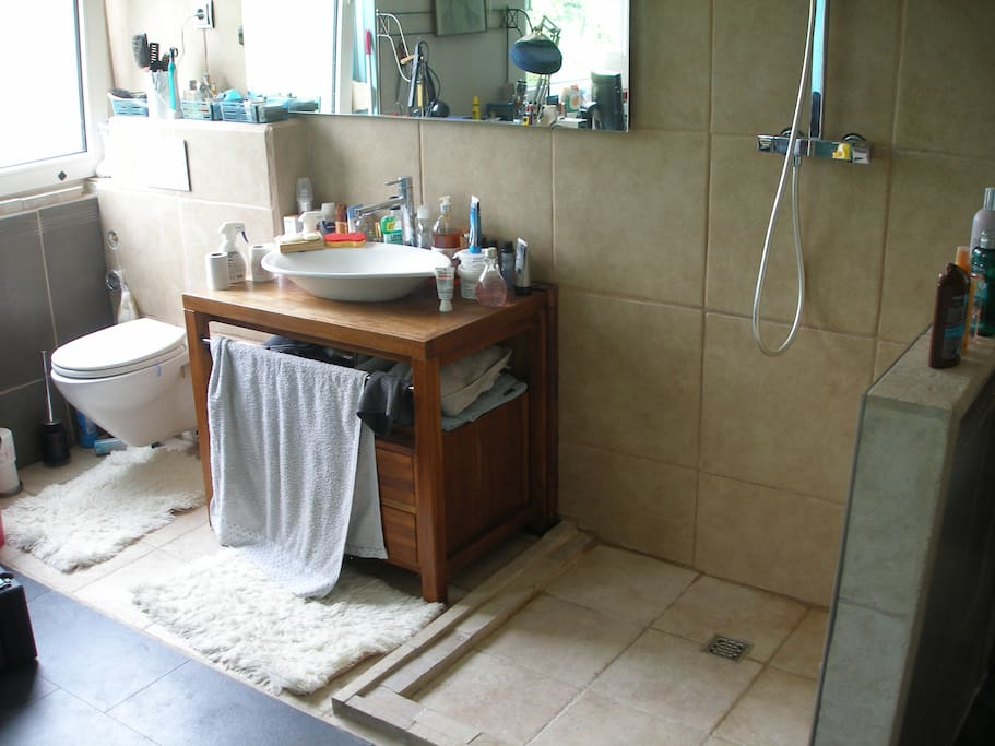 Im abschließbaren Zimmer ist ein WC ein Waschbecken und eine Dusche