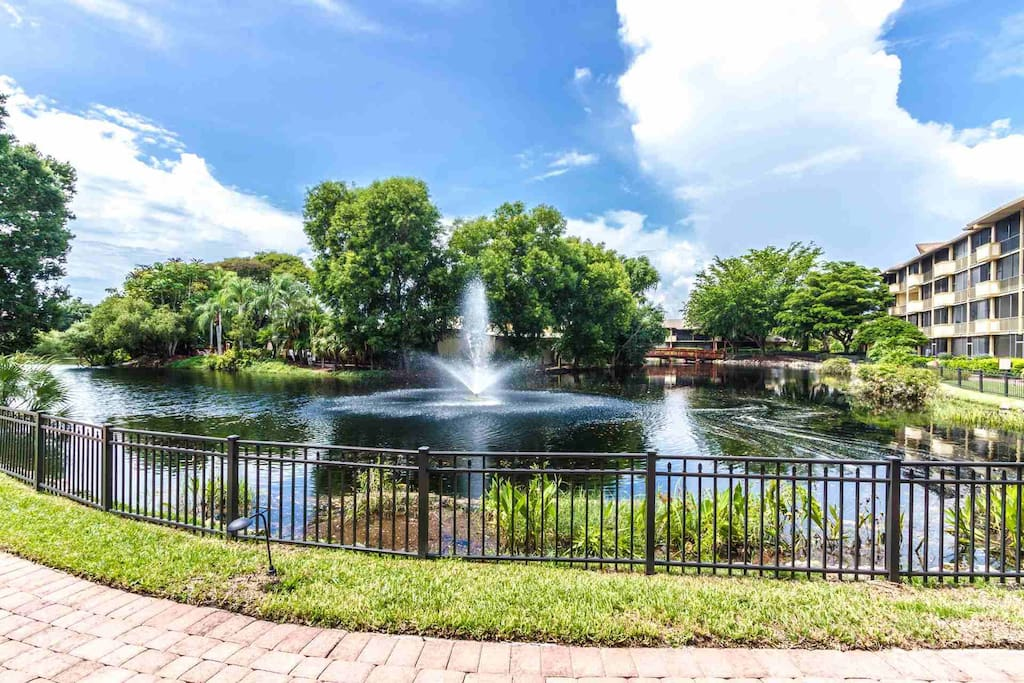 Incredible views of water feature with fountain surrounding island (pool/spa/BBQ grills/restaurant located on island)!