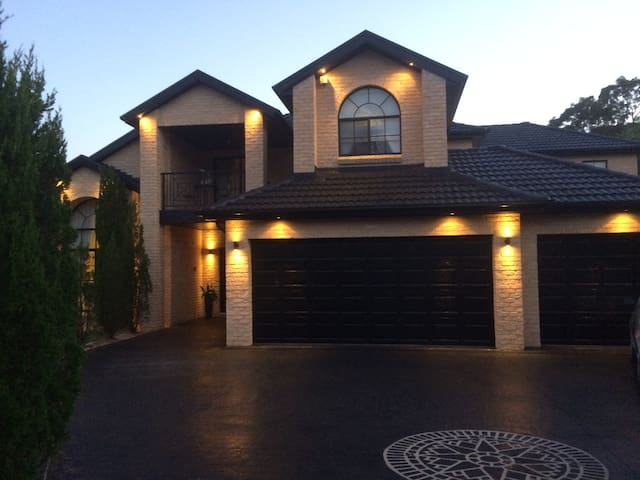 Large resort style house 6 beds - Frenchs Forest