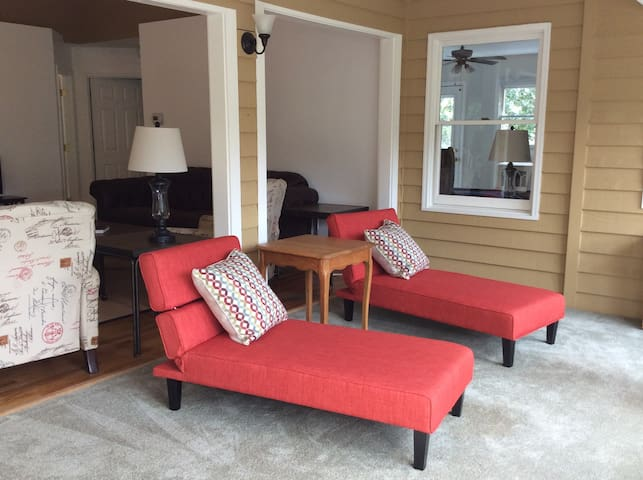 Mountain Views, Flowing Waters, Family Retreat - Asheville - Appartement