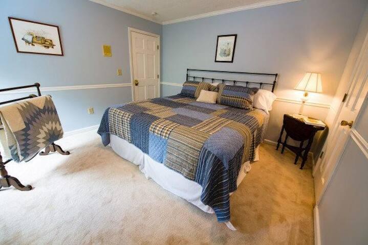 Bluebird Room at Blue Heaven Bed & Breakfast