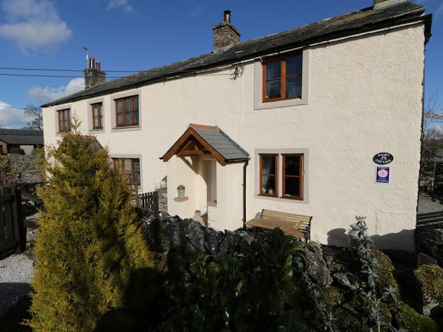 DAIRY COTTAGE, family friendly, with a garden in Newby, Ref 972413