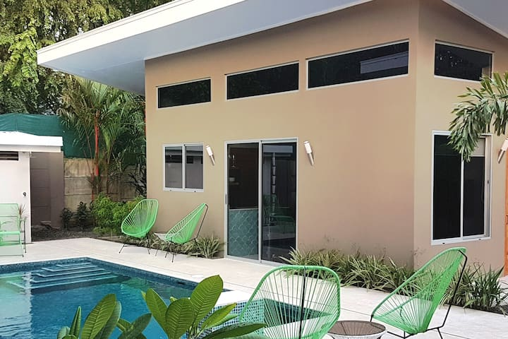 Cocomo, new Modern Villa! Walk to the whales Tail!