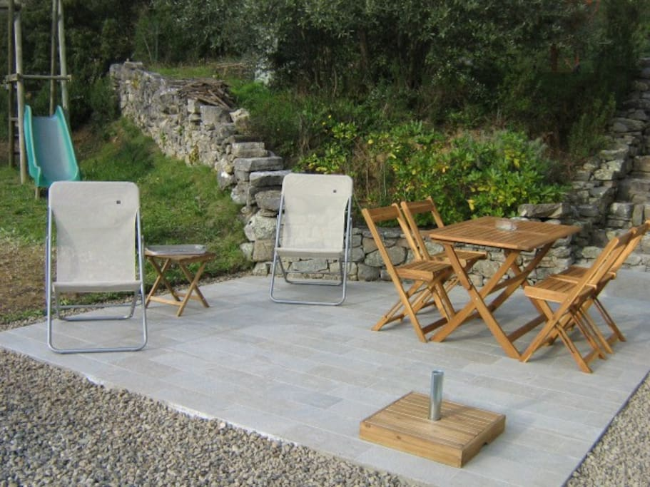 Terrasse avec transats complètement indépendante de celle des propriétaires.