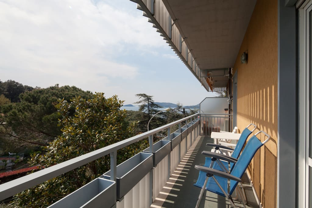 Ampio balcone con vista sul mare / Wide balcony with a sea view