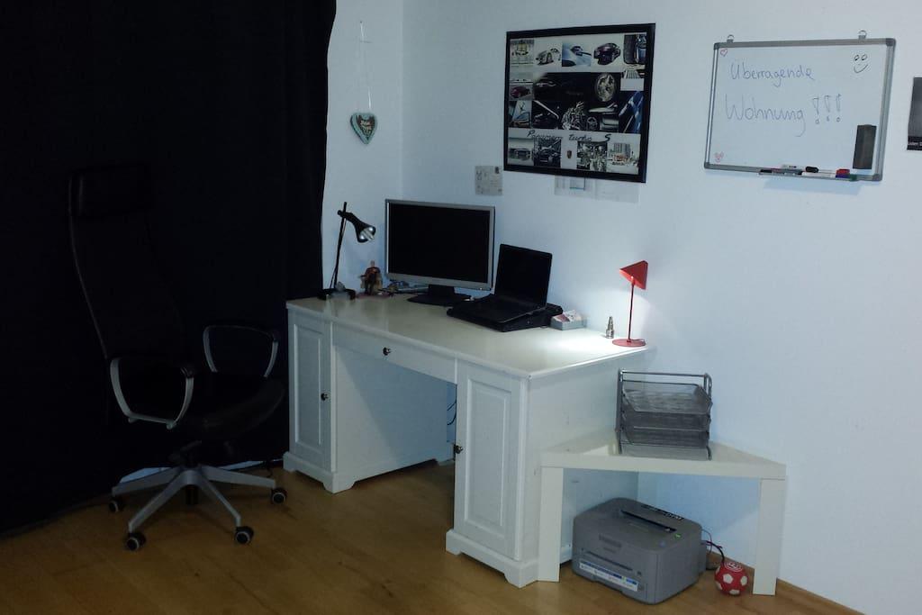 Schreibtisch mit bequemen Schreibtischsessel und Whiteboard.