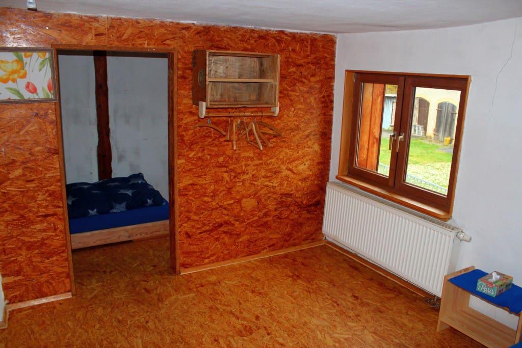 Hinterer Teil des doppelten Zimmers mit kleinem Bett (90x200) und Kleiderstange