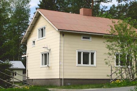 Valoisa ja tilava talo vanhanajan pihasaunalla