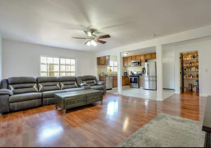 Beautiful Private Windsor Home/close to everything