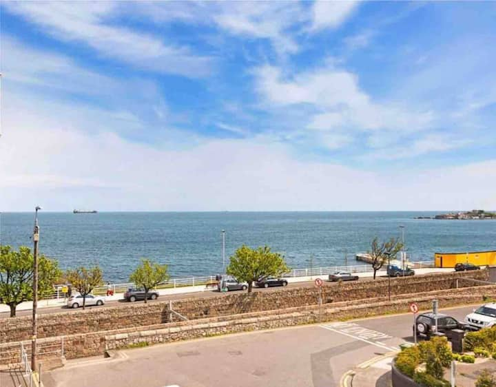 Seaview House -Amazing view, close to train, 2-bed