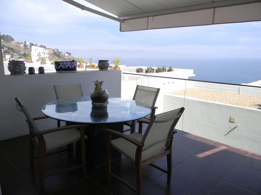 Comedor exterior con vista al mar