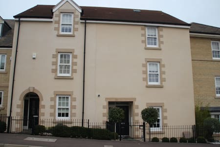Modern 3 bed Townhouse located near to the centre. - Stamford
