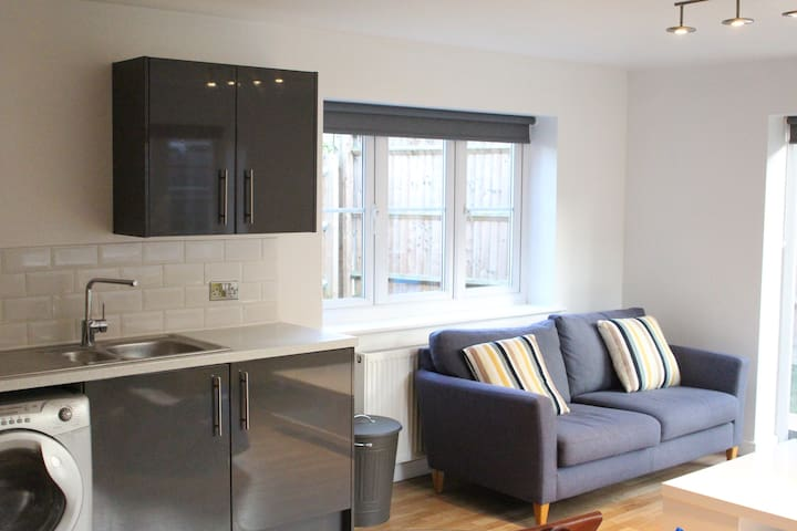 Attractive flat close to Oxford with parking