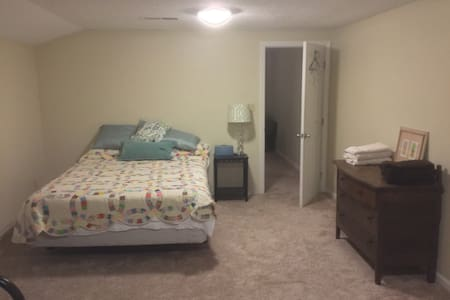 Comfortable, private room with bathroom. - Bowling Green