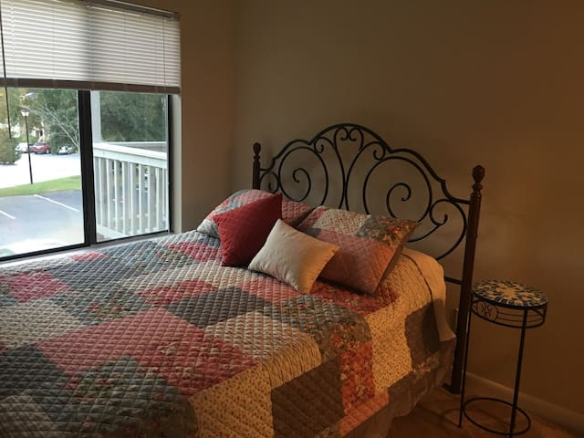 Cozy bed and bath! - North Charleston - Apartament