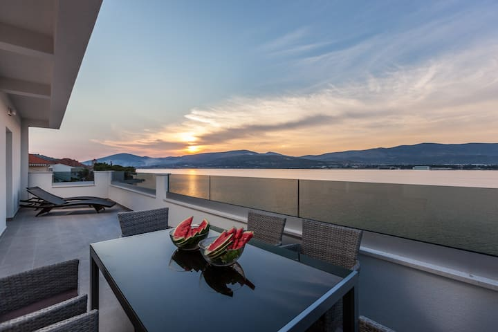 LuxuryVilla Aria, seafront for 21 people, Trogir
