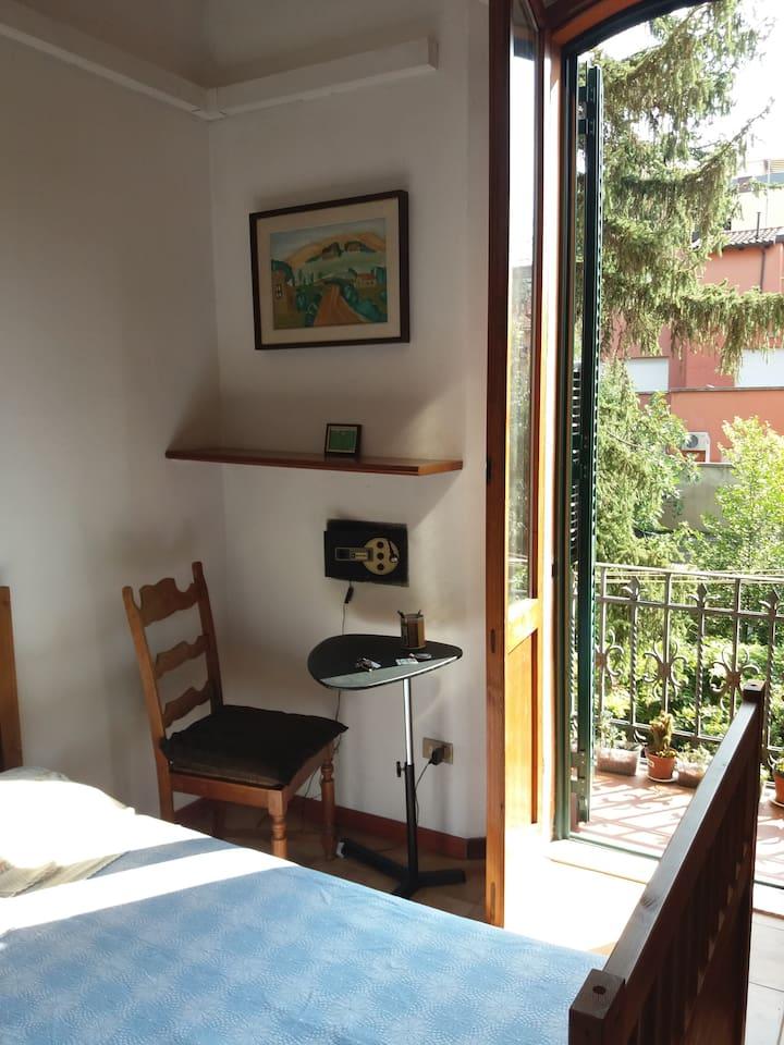 Camera con balconcino su giardino