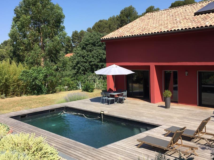 Une terrasse de 100m2 avec piscine sans vis-à-vis. Alarme installée.