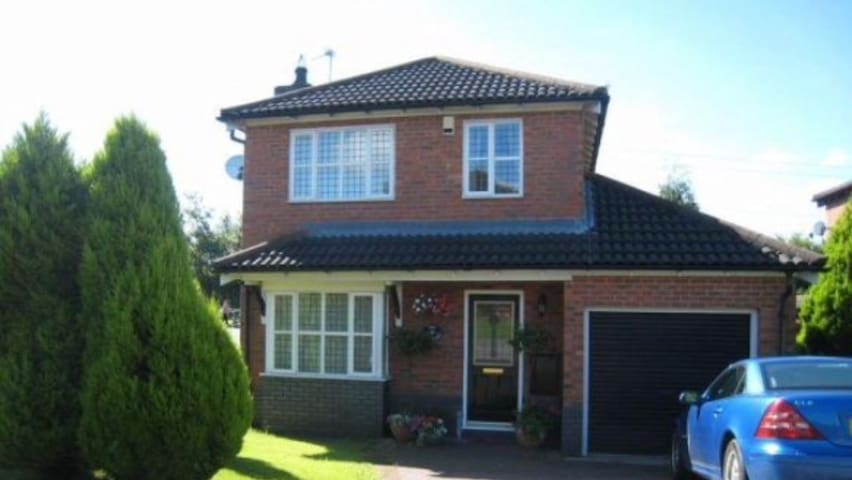 Comfortable 3 bed detached house near cardiff