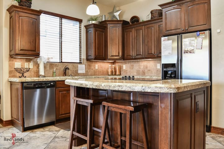 Beautiful Equipped Kitchen- Dining For 8 at the table and 2 At The Breakfast Bar
