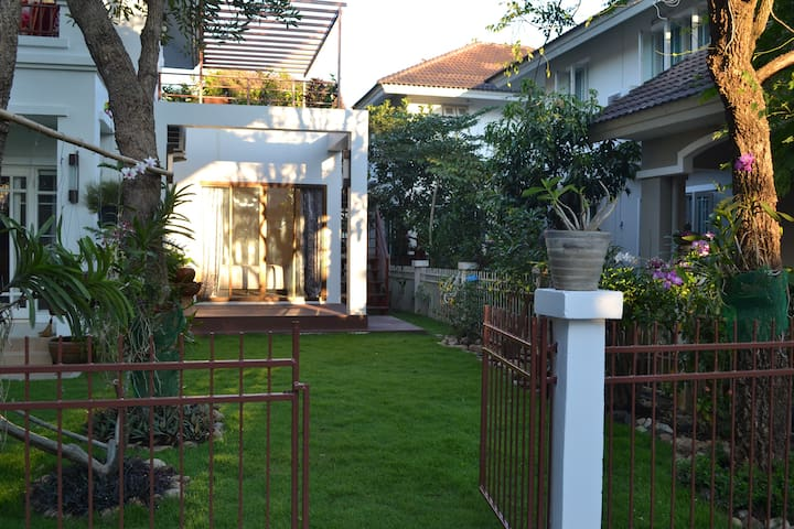 Modern room with private roof terrace. - Tambon San Kamphaeng - House