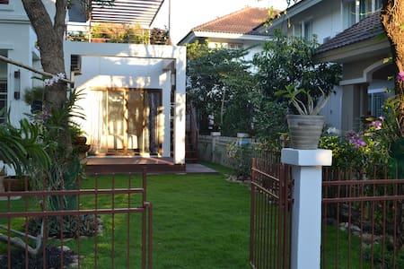 Modern room with private roof terrace. - Tambon San Kamphaeng - Casa