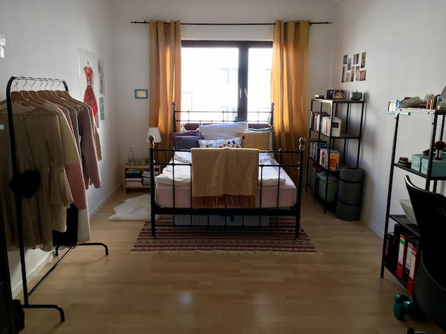 sunny spacious room close to Central Station