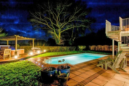 Dog friendly, country house with pool and hot tub