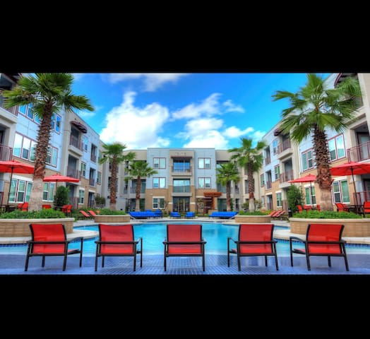 2br. Luxury with pool view in the Galleria Area!