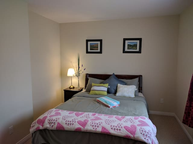 Private double room with queen bed