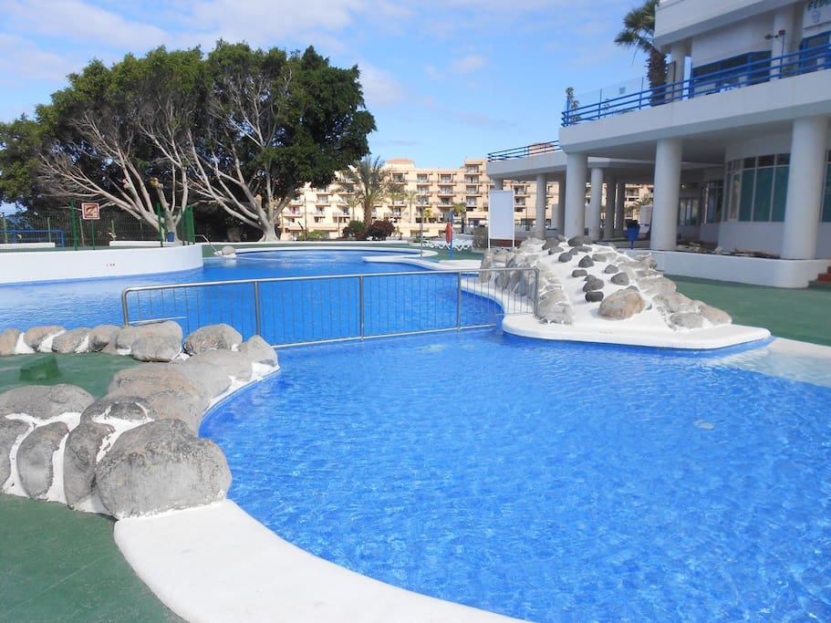 Swimming pool in Paraiso del Sur with sunbeds