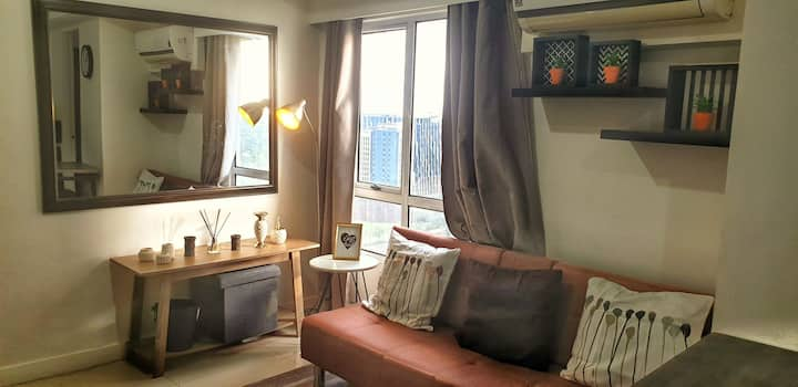 Cozy & chic 2-BR loft best spot in BGC on 5th Ave