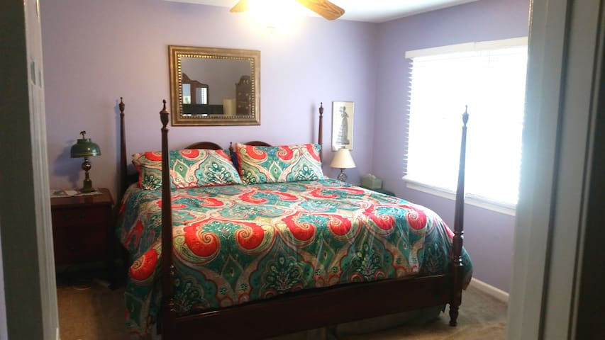 King bed, large room, full amenities  ....gr8 deal - Germantown - Hus