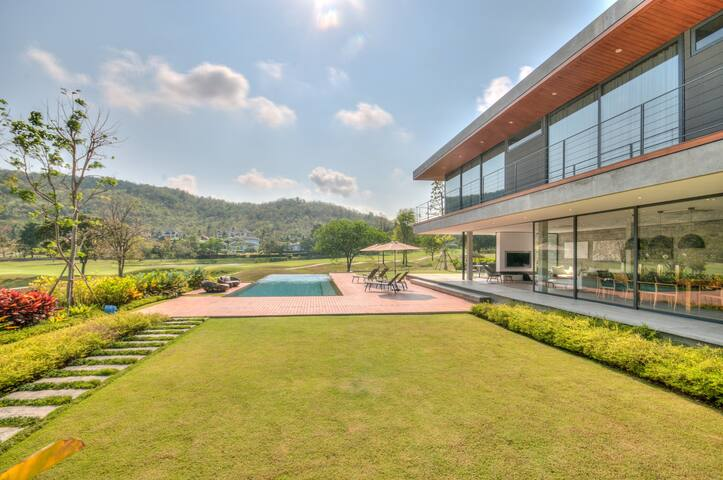 Luxury Modern Home in Serene Palmhill Golfcourse