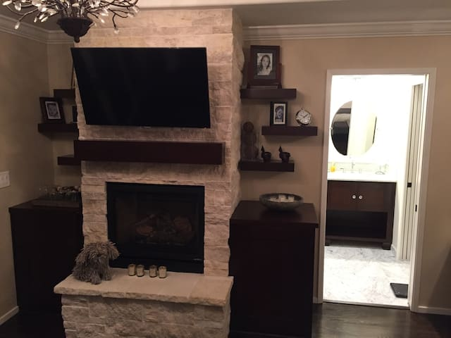 Master BR flat screen TV, gas fireplace
