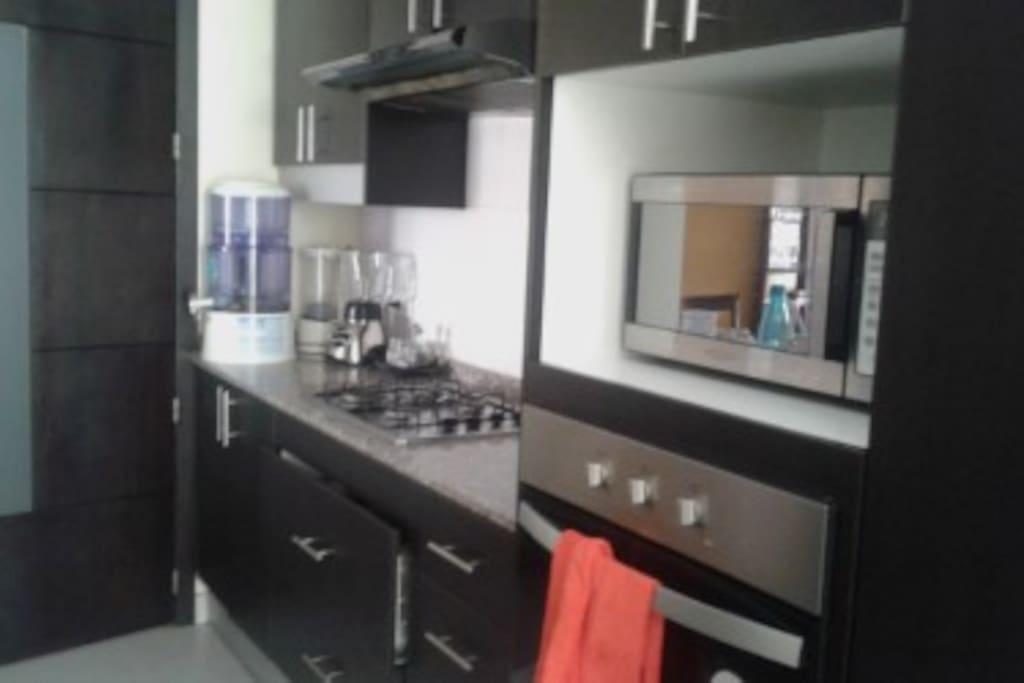 Cocina compartida con horno y microondas.