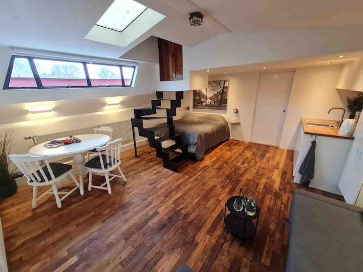 Private studio on houseboat close to city center