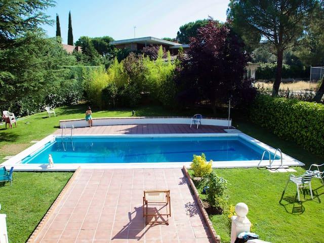 Habitaciones. Gran jardín/ piscina. 12 km Madrid