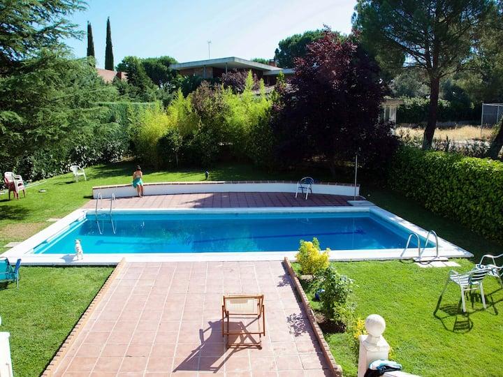 Habitaciones. Gran jardín y piscina. 12 km Madrid