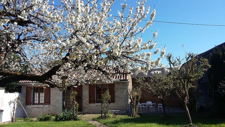 Maisonnette et son jardin - Angliers - Huis