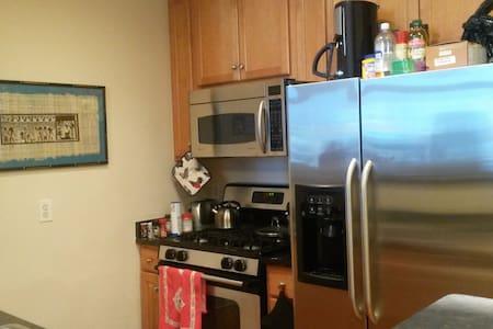 Modern, great accessibility, quiet neighbors. - Arlington - Condominium