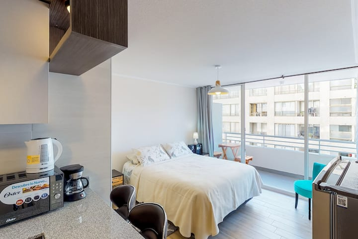 Modern studio apartment in great central location, close to shopping & dining